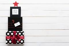 Härliga gåvor för för svart, röda och vita jul i en form av ett xmas-träd Arkivbilder