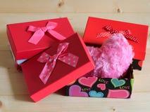 Härliga gåvor med älskvärd hjärta på träbakgrund Arkivfoton