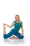 härliga görande lyckliga pilates poserar kvinnan Arkivbild