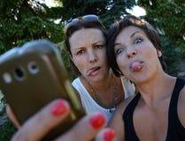 Härliga galna kvinnavänner som tar selfie Royaltyfri Fotografi
