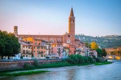 Härliga gamla hus på den Adige floden i Verona, Italien Arkivfoto