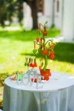 Härliga garneringar av tabeller för bröllopmottagande Gräsplan parkerar Inga personer träd av hjärtor - dekor för parti träordför Royaltyfria Foton