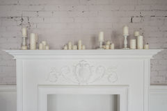 Härliga garneringar för spis med stearinljus i bekväm vardagsrum Arkivbilder