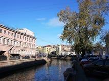 Härliga gator av St Petersburg Promenad, härliga hus och forntida gator arkivbild