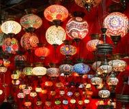 Härliga geometriska modeller på färgrika turkiska lampor Royaltyfri Foto