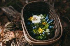 Härliga gifta sig Ring Pillow av olika blommor vit, blått, Arkivfoto