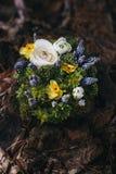 Härliga gifta sig Ring Pillow av olika blommor vit, blått, Arkivfoton