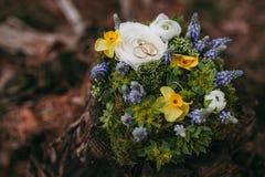 Härliga gifta sig Ring Pillow av olika blommor vit, blått, Royaltyfri Foto