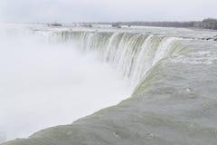 Härliga gigantiska fryste hästskoNiagara vattenfall på en djupfryst vårdag i Niagara Falls i Ontario, Kanada Arkivbilder