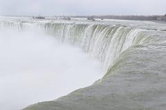 Härliga gigantiska fryste hästskoNiagara vattenfall på en djupfryst vårdag i Niagara Falls i Ontario, Kanada Royaltyfria Foton