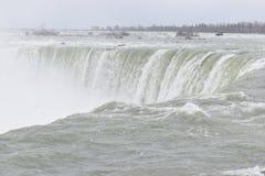 Härliga gigantiska fryste hästskoNiagara vattenfall på en djupfryst vårdag i Niagara Falls i Ontario, Kanada Arkivbild