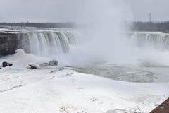 Härliga gigantiska fryste hästskoNiagara vattenfall på en djupfryst vårdag i Niagara Falls i Ontario, Kanada Arkivfoto