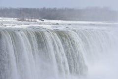 Härliga gigantiska fryste hästskoNiagara vattenfall på en djupfryst vårdag i Niagara Falls i Ontario, Kanada Royaltyfri Bild