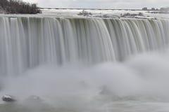 Härliga gigantiska fryste Niagara vattenfall på en djupfryst vårdag i Niagara Falls i Ontario, Kanada Arkivbilder