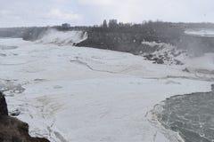 Härliga gigantiska fryste Niagara vattenfall på en djupfryst vårdag i Niagara Falls i Ontario, Kanada Royaltyfri Bild