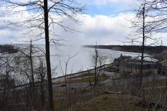 Härliga gigantiska fryste Niagara vattenfall på en djupfryst vårdag i Niagara Falls i Ontario, Kanada Royaltyfria Foton