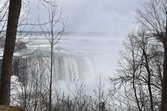 Härliga gigantiska fryste Niagara vattenfall på en djupfryst vårdag i Niagara Falls i Ontario, Kanada Arkivfoto