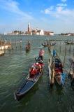 Härliga gondoler som att närma sig pir av Venedig Arkivfoto