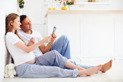 Härliga gravida par med ultraljudbilder av framtid behandla som ett barn, Royaltyfri Bild