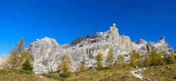 Härliga gula färger av hösten i Dolomiti di Brenta berg fotografering för bildbyråer