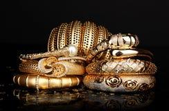 Härliga guld- armband Royaltyfri Fotografi