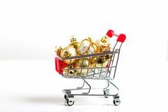 Härliga guld- gåvor med bandet och julbollar i shoppingvagn Arkivfoton