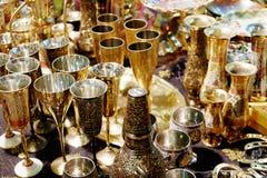 Härliga guld- koppar och tillbringare Arkivbild