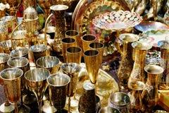 Härliga guld- koppar och tillbringare Arkivbilder