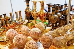 Härliga guld- koppar och tillbringare Royaltyfri Foto
