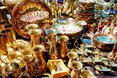 Härliga guld- koppar och tillbringare Royaltyfria Bilder