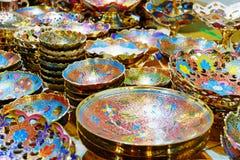 Härliga guld- koppar och tillbringare Arkivfoto