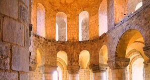 Härliga guld- ljusa floder till och med den dubbla raden av välvda kyrkliga fönster royaltyfri foto
