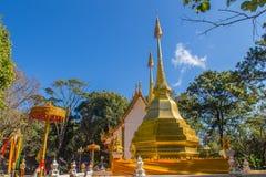 Härliga guld- pagoder på Wat Phra That Doi Tung, Chiang Rai Wat Phra That Doi Tung består av av tvilling- enstil stupas, en Arkivbild