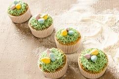 Härliga gulliga påskmuffin med påskgarneringar Royaltyfri Bild