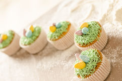 Härliga gulliga påskmuffin med påskgarneringar Arkivbild