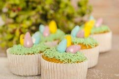 Härliga gulliga påskmuffin med påskgarneringar Arkivfoton
