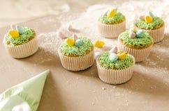 Härliga gulliga påskmuffin med påskgarneringar Royaltyfria Bilder