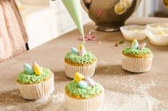 Härliga gulliga påskmuffin med påskgarneringar Arkivfoto