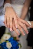 Härliga händer av brölloppar Fotografering för Bildbyråer
