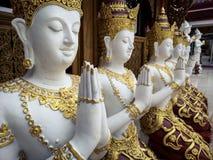 Härliga händer för buddistisk skulptur som knäpptes fast i bönen, detalj av buddistdiagram, sned i Wat Sanpayangluang på Lamphun, Arkivfoto