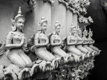 Härliga händer för buddistisk skulptur som knäpptes fast i bönen, detalj av buddistdiagram, sned i Wat Sanpayangluang på Lamphun, Arkivbilder