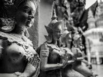 Härliga händer för buddistisk skulptur som knäpptes fast i bönen, detalj av buddistdiagram, sned i Wat Sanpayangluang på Lamphun, Arkivfoton