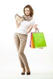 Härliga hållande shoppingpåsar för ung kvinna arkivfoton