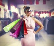 Härliga hållande shoppingpåsar för ung kvinna royaltyfria foton
