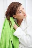 härliga hår henne wipeskvinnabarn royaltyfri fotografi