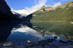 Härliga höga berg av de kanadensiska steniga bergen som sett från Lake Louise som reflekterar i en alpin sjö längs den Icefields  Arkivfoton