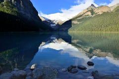 Härliga höga berg av de kanadensiska steniga bergen som sett från Lake Louise som reflekterar i en alpin sjö längs den Icefields  Arkivbilder