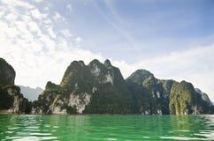 Härliga höga berg och Green River (Guilin av Thailand) Arkivbilder