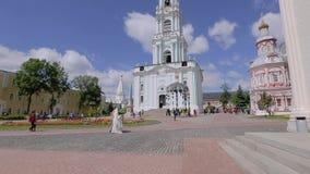 Härliga höga ortodoxa Christian Church mot den blåa himlen Skjutit i perspektiv Bred visningvinkel lager videofilmer