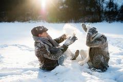 Härliga höga par i solig vinternatur royaltyfri fotografi